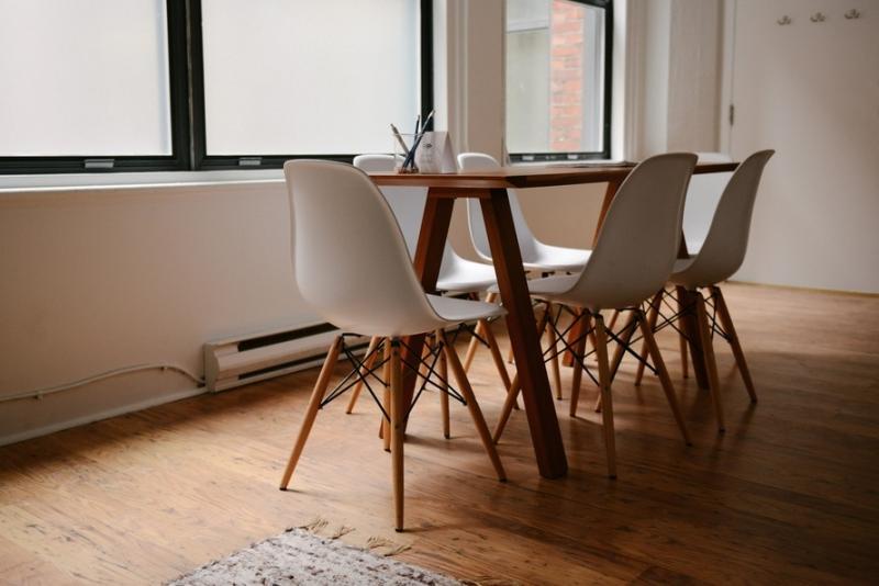 Houten vloer met tafels en stoelen